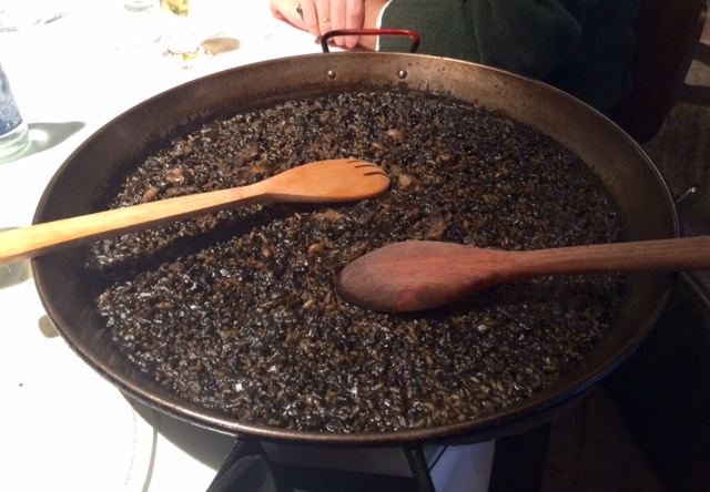 Arroz negro con chipirones y alcachofas (18€/pers). Ración generosa y arroz al punto. Nos encantó.