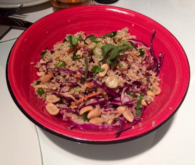 Ensalada thai de quinoa (9€). Fresca, sabrosa y sana, aunque le sobraba algo de lombarda.