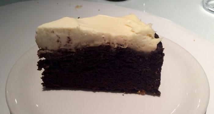 Tarta de cerveza negra (6€). Muy buena y original, pero caía como una piedra al estómago. Podrían plantearse hacer un bizcocho más esponjoso.
