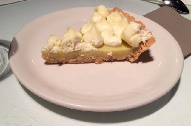 Tarta de limón (6€). Estaba buena de sabor, pero demasiado contundente.