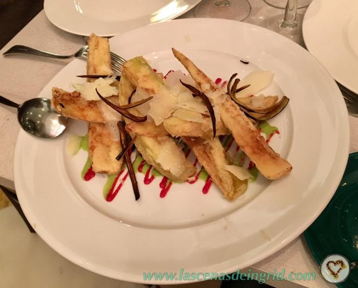 Berenjena con parmesano, tomate y culís de albahaca