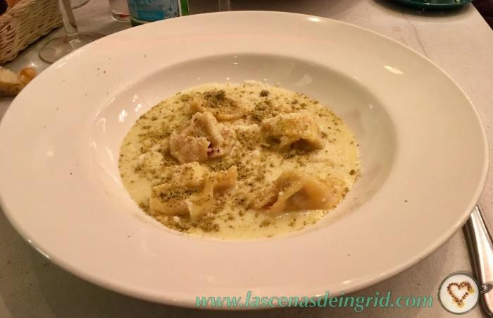 Ravioli de mortadella trufada con crema de calabacín, pistachos y trufa negra (14€). Deliciosos, pero escasos.